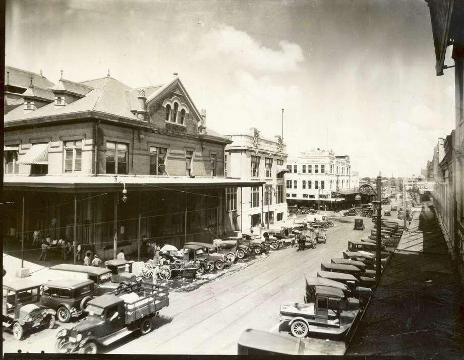 The Houston farmerse market downtown, ca. 1925. Photo: Houston Chronicle Files / Houston Chronicle
