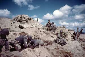 1952: US soldiers dig in to a hill in Korea during the Korean war (1950-1953). (Photo by MPI/Hulton Archive/Getty Images)