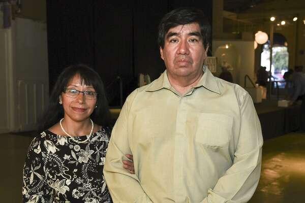 Leonor González y Nabor Sergio Luna González en el Centro para las Artes de Laredo durante la exposición fotográfica Agave Azul organizada por el Consulado de México en Laredo.