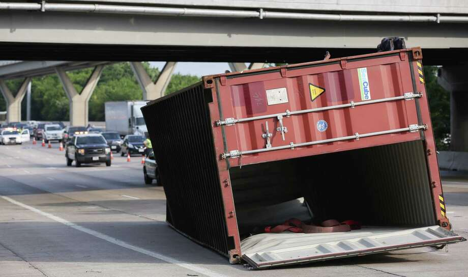 Authorities investigated where an 18-wheeler hit the Houston Avenue overpass while traveling east on I-10 Monday, June 26, 2017, in Houston. Only one lane was open for traffic as authorities cleared the wreck. ( Godofredo A. Vasquez / Houston Chronicle ) Photo: Godofredo A. Vasquez, HWY10andHouston / Houston Chronicle