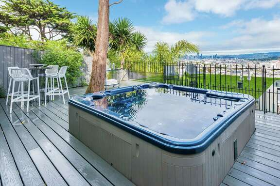 An outdoor hot tub points toward the San Francisco skyline.