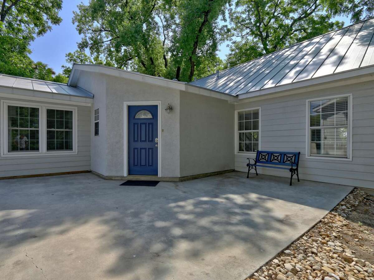 Click to see Rental homes near water in Texas: 1. Zen on the Bend in Seguin This 4 bedroom home sits on the Guadalupe River/Lake Placid.  Average rate: $300/night