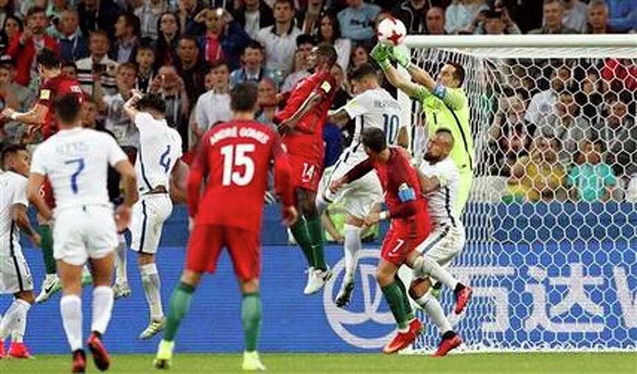 El arquero de Chile, Claudio Bravo, derecha arriba, despeja un centro en el partido contra Portugal por las semifinales de la Copa Confederaciones el miércoles, 28 de junio de 2017, en Kazán, Rusia. (AP / Pavel Golovkin)