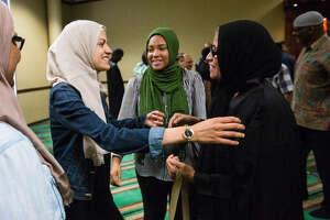 Delmi Realejeno (der.), una inmigrante oriunda de El Salvador, recibe las felicitaciones de Kamle Almakdah poco después de la ceremonia en la cual se convirtió a la religión musulmana el viernes 19 de mayo de 2017 en el Centro Islámico de Houston. (Marie D. De Jesús / Houston Chronicle)