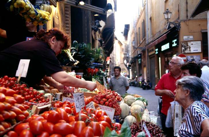 KRT TRAVEL STORY SLUGGED: WLT-BOLOGNA KRT PHOTOGRAPH BY ALAN SOLOMON/CHICAGO TRIBUNE (August 18) Fresh produce, from street stalls in the heart of Bologna, Italy, tempts shoppers. (mvw) 2003.     HOUCHRON CAPTION (11/16/2003): Fresh produce at street stalls tempts shoppers in the heart of Bologna, setting for the International School of Italian Food and Wine.