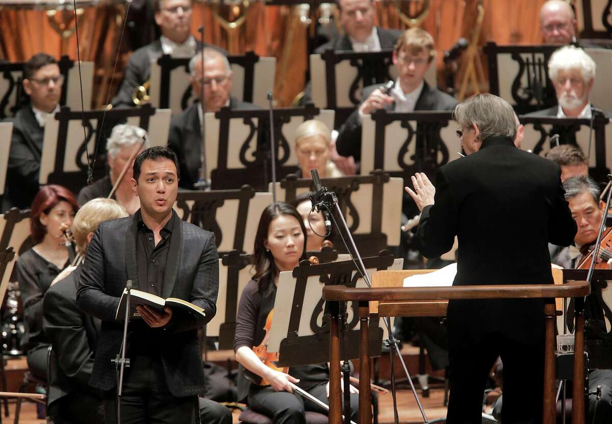Nicholas Phan (l.) with Michael Tilson Thomas and the San Francisco Symphony in Berlioz'