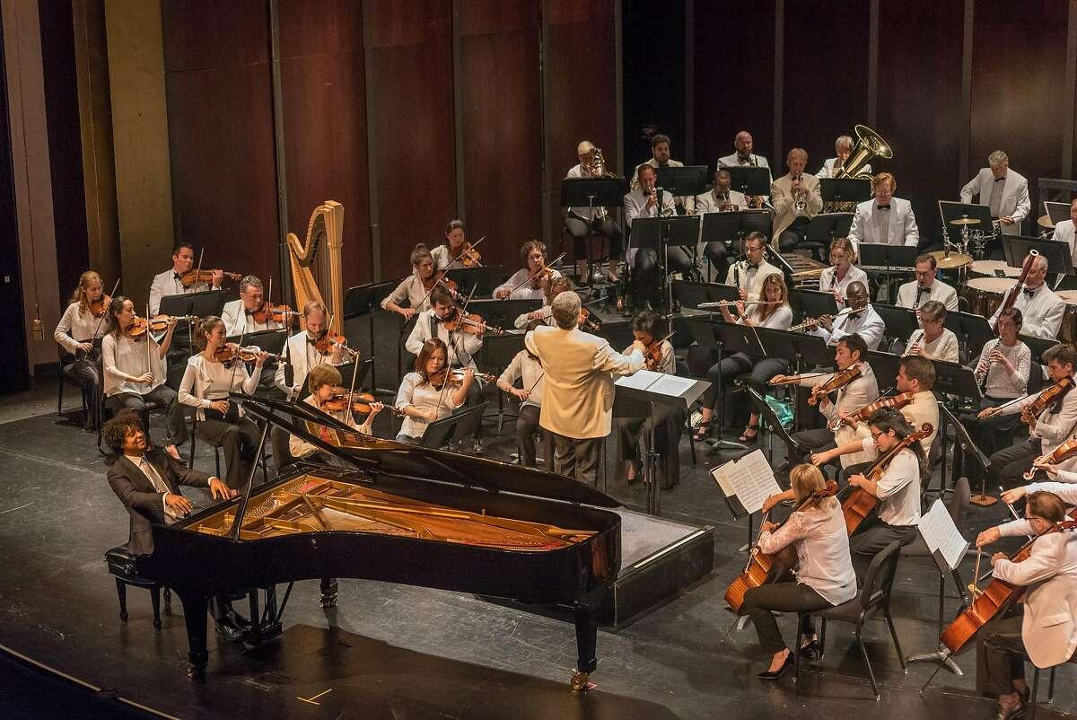 Pianist�Aldo L�pez-Gavil�n performing Gershwin's