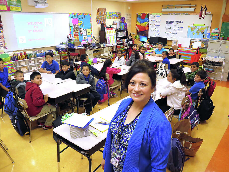 Bruni Elementary 5th grade teacher Patricia Rodriguez poses with her students Monday morning as they start the new school year. Photo: Cuate Santos/Laredo Morning Times
