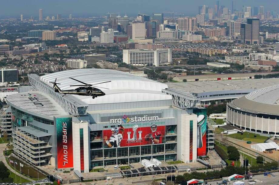 Foto aérea del NRG Stadium (der.) tomada durante un operativo de seguridad del Super Bowl LI en Houston. Photo: Michael Ciaglo, Staff / Michael Ciaglo