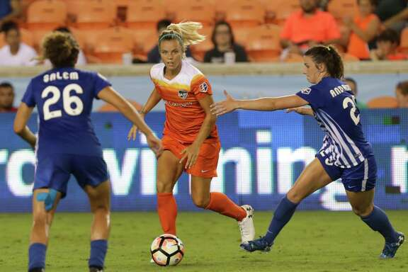 Dash forward Rachel Daly, center, tries to find an opening between the Breakers' Angela Salem, left, and Morgan Andrews during the second half of Wednesday's match at BBVA Compass Stadium. Defense ruled in a scoreless draw.