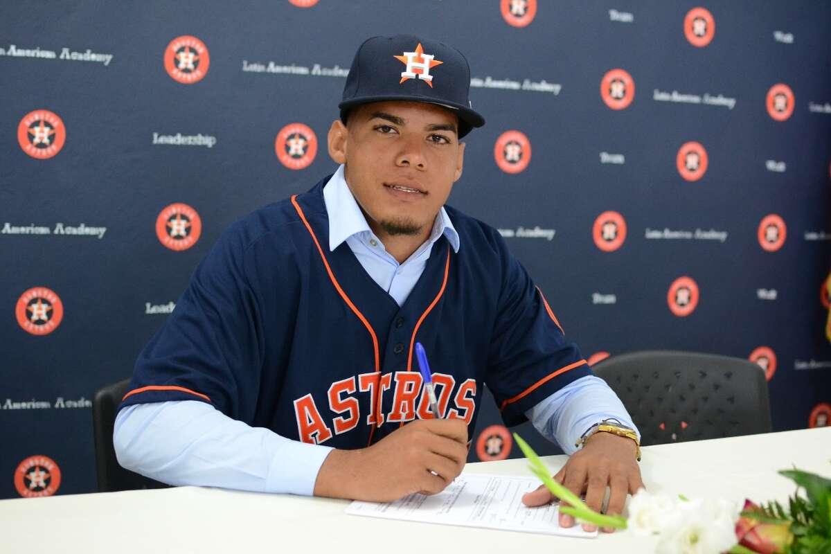 Righthanded pitcher Jose Betances of the Dominican Republic signed a free agent contract with the Astros on Monday.