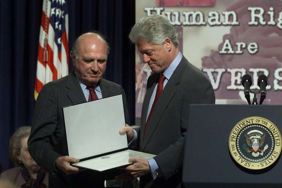 President Bill Clinton (right) presents Norman Dorsen with a 2000 Eleanor Roosevelt Award for Human Rights. Photo: RON EDMONDS, ASSOCIATED PRESS