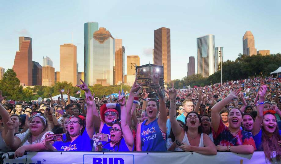 Fans of the band DNCE scream as Joe Jonas and his band takes the stage at the CITGO Freedom Over Texas Independence Day celebration along the Buffalo Bayou, Tuesday, July 4, 2017. Photo: Mark Mulligan, Mark Mulligan / Houston Chronicle / 2017 Mark Mulligan / Houston Chronicle