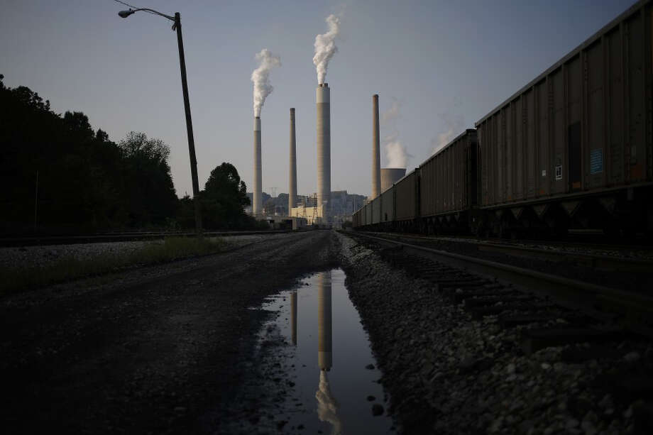 Emissions rise from the American Electric Power Co. Inc. coal-fired John E. Amos Power Plant in Winfield, W.Va., on July 31, 2014. Photo: Luke Sharrett, Bloomberg. / BLOOMBERG
