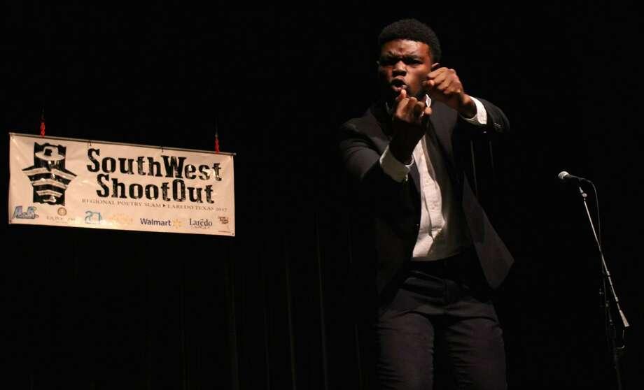 Jordan Simpson el ganador en la categoría individual de la competencia de poesía regional SouthWest Shootout el sábado por la tarde en el Teatro para las Artes Escénicas Guadalupe y Lilia Martínez. Photo: Foto De Cortesía