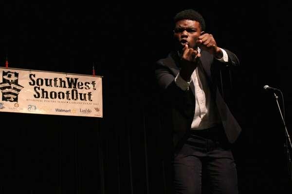 Jordan Simpson el ganador en la categoría individual de la competencia de poesía regional SouthWest Shootout el sábado por la tarde en el Teatro para las Artes Escénicas Guadalupe y Lilia Martínez.