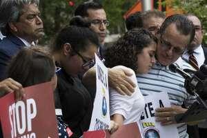 Juan Rodríguez, quien recibió un permiso para extender su estadía, abraza a Karen, una de sus tres hijas, frente a un tribunal de Houston. (Marie D. De Jesús / Houston Chronicle)