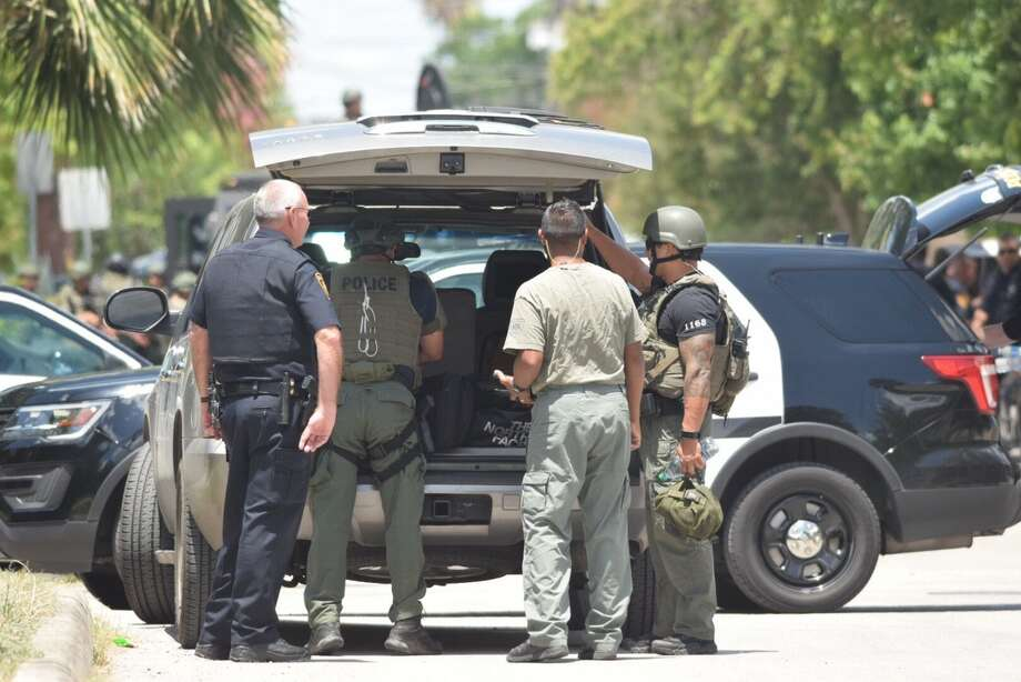 San Antonio police are responding to a SWAT situation at 500 Evergreen north of downtown on Thursday, July 6, 2017. Photo: Caleb Downs / San Antonio Express-News