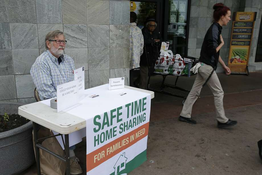 Chuck Grant, founder of Safe Time, recruits volunteers outside the Safeway on San Pablo Avenue in El Cerrito. Photo: Santiago Mejia, The Chronicle