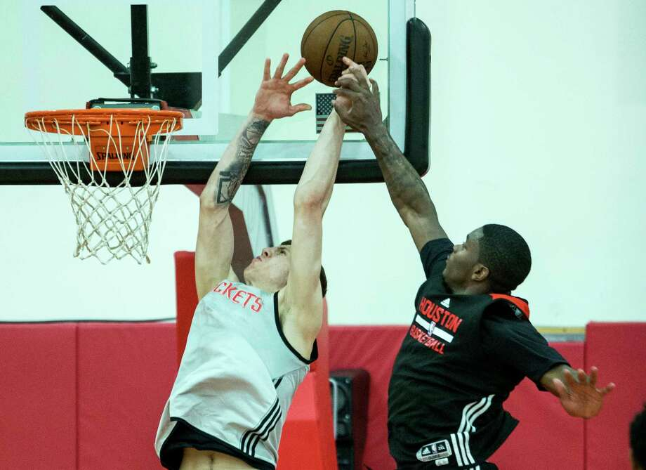 Cameron Oliver, right, battles Isaiah Hartenstein during the Rockets' minicamp, knowing that every move he makes is being evaluated by the coaching staff. Photo: Brett Coomer, Staff / © 2017 Houston Chronicle