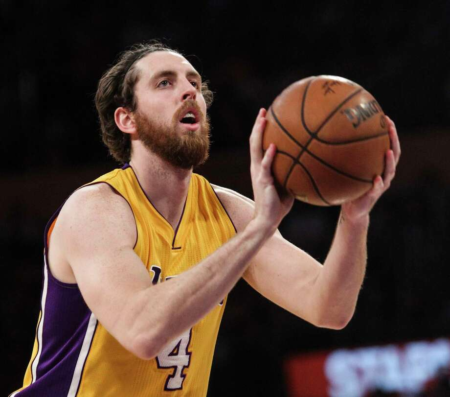 Los Angeles Lakers forward Ryan Kelly (4) in actions during the second half of an NBA basketball game against Orlando Magic Tuesday, March 8, 2016, in Los Angeles.  Lakers won 107-98. Photo: Ringo H.W. Chiu, AP / FR170512 AP