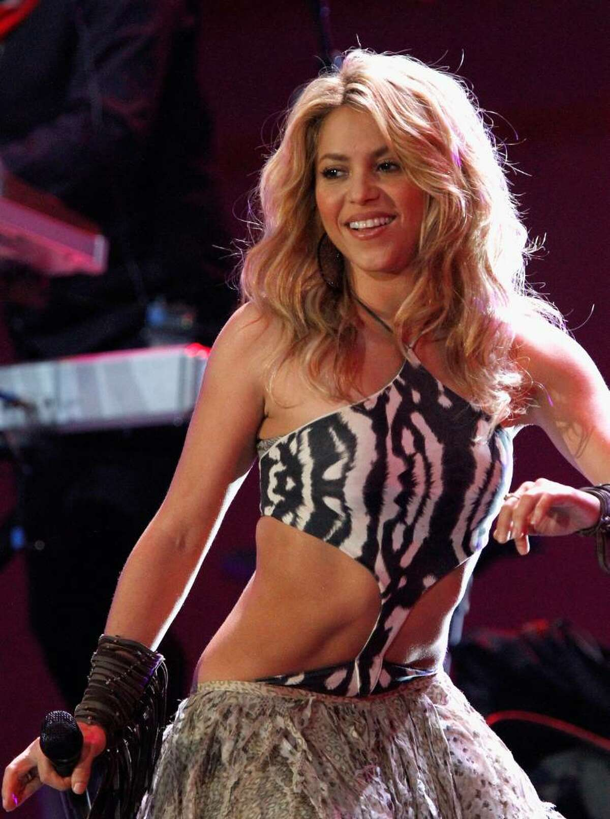 JOHANNESBURG, SOUTH AFRICA - JUNE 10: Singer Shakira performs on stage during the FIFA World Cup Kick-off Celebration Concert at the Orlando Stadium on June 10, 2010 in Johannesburg, South Africa. (Photo by Michelly Rall/Getty Images for Live Earth Events) *** Local Caption *** Shakira