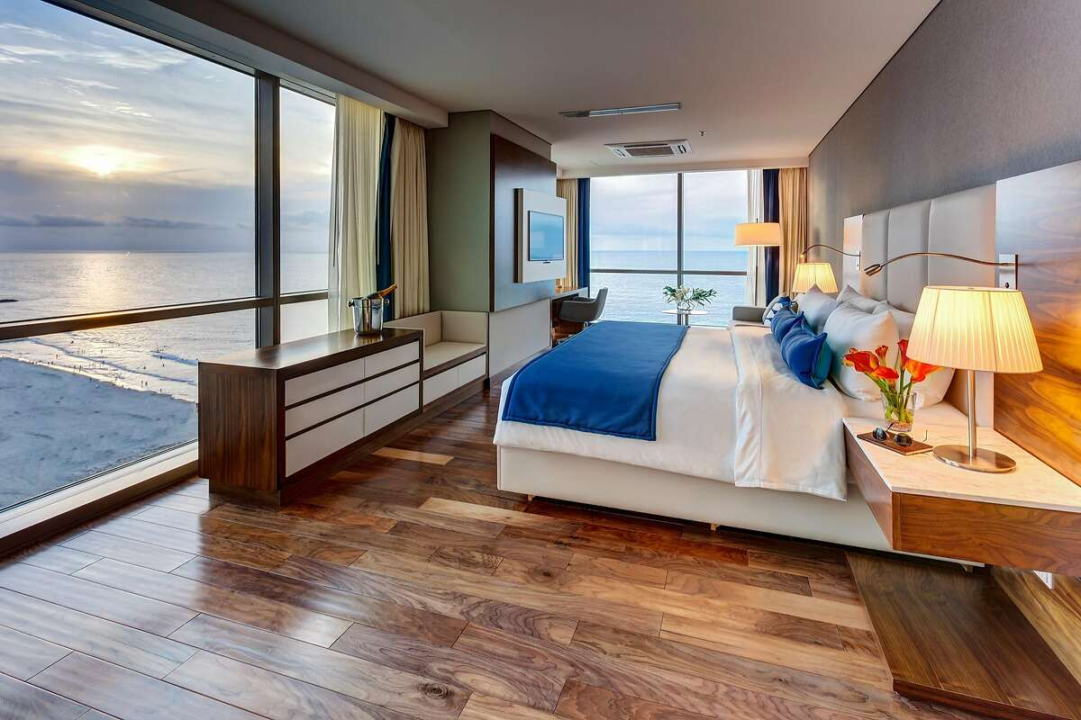 The 287 rooms of InterContinental Cartagena de Indias feature a modern coastal aesthetic of blue and white tones.