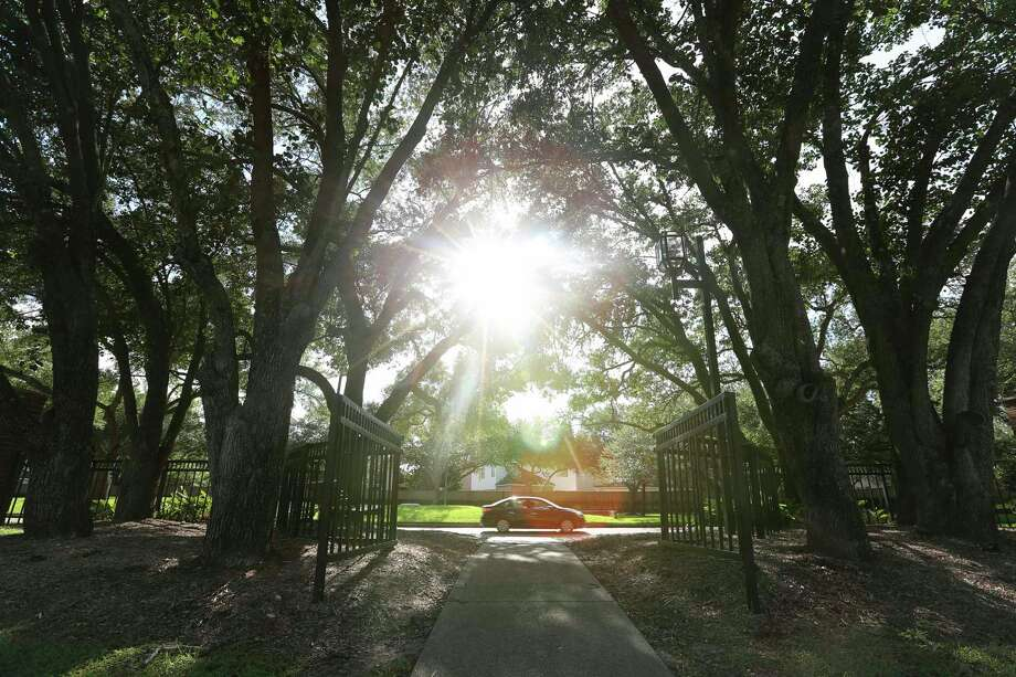 A pathway on Vicksburg Boulevard leads pedestrians into Bedford Forrest Court Sunday, July 9, 2017, in Missouri City. Bedford Forrest Drive/Court is named after Nathan Bedford Forrest, a lieutenant general in the Confederate Army during the American Civil War. Photo: Yi-Chin Lee, Houston Chronicle / © 2017  Houston Chronicle