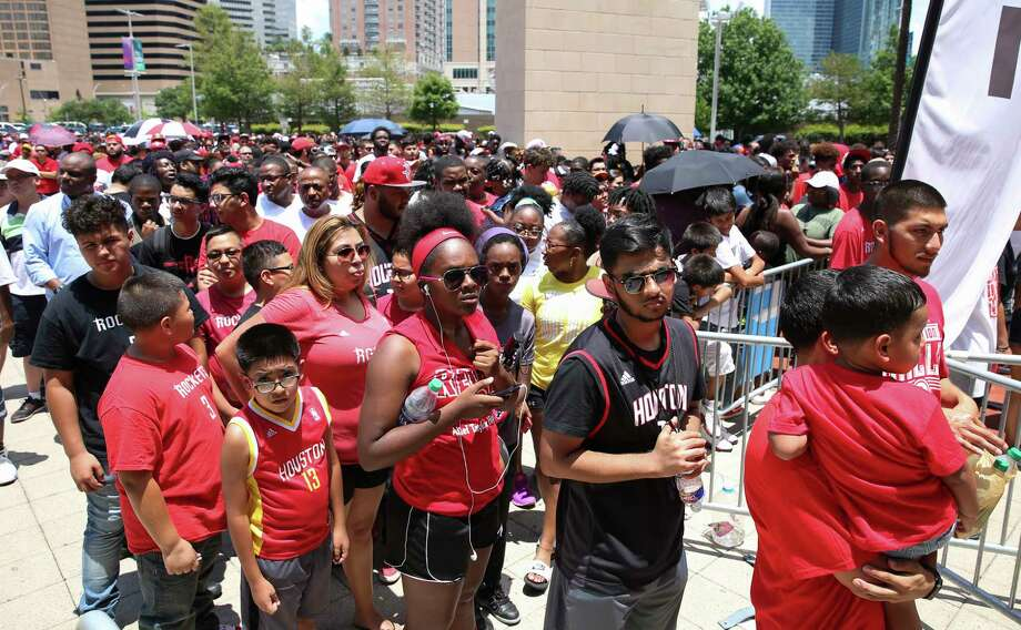 Houston Rockets fans wait in the line for Toyota  Center doors to open and meet new guard Chris Paul Friday, July 14, 2017, in Houston. Rockets recently acquired Paul in a trade. Photo: Yi-Chin Lee, Houston Chronicle / © 2017  Houston Chronicle