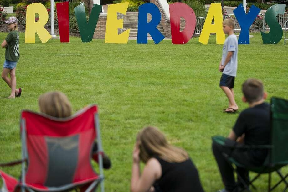 Kids watch a cornhole tournament during Riverdays on Friday. Photo: (Katy Kildee/kkildee@mdn.net)