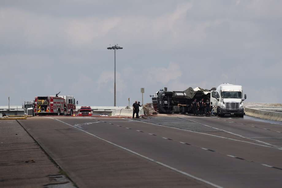 An overturned 18-wheeler carrying propane shuttered a Loop 610 ramp Sunday, July 16, 2017. The tractor trailer wreck - deemed a minor accident - forced authorities to shutdown the exit ramp around 9 a.m. at Loop 610 and State Highway 225. (Steve Gonzales/Houston Chronicle)