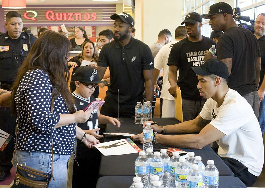 Fans gathered at The Outlet Shoppes to take pictures with and get autographs from Spurs guard Danny Green on Friday, July 14. Photo: Francisco Vera/Laredo Morning Times