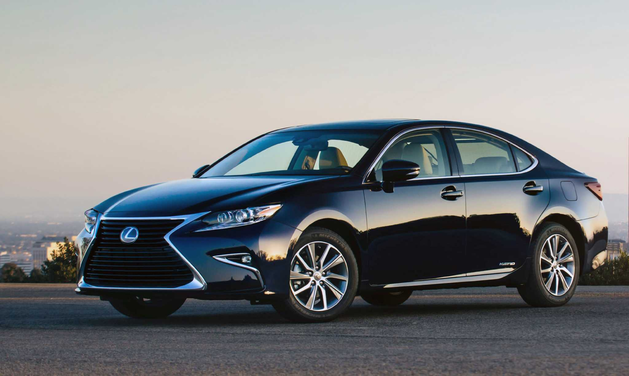 2017 Lexus ES hybrid goes long on efficiency, legroom