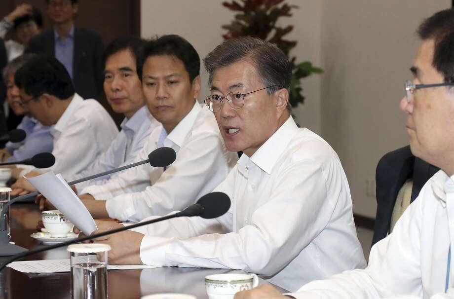 South Korean President President Moon Jae-in (second from right) meets with senior advisers at his offices in Seoul. Photo: Bae Jae-man, Associated Press