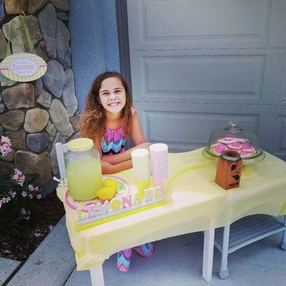 A man threatened to call the police on a girl at her lemonade stand for lack of a business license. Photo: Richard LaRouche/ Facebook