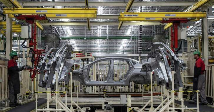 Workers assemble vehicles at the Nissan factory in Aguascalientes, Mexico in 2014. Recent reports show Mexico is quietly creating jobs at a record pace.