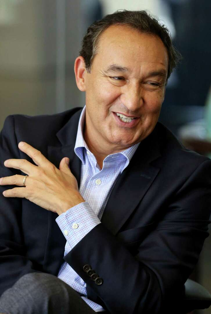 United Airlines CEO Oscar Munoz speaks during an editorial board meeting at the Houston Chronicle Thursday, Oct. 20, 2016, in Houston. (Yi-Chin Lee / Houston Chronicle )