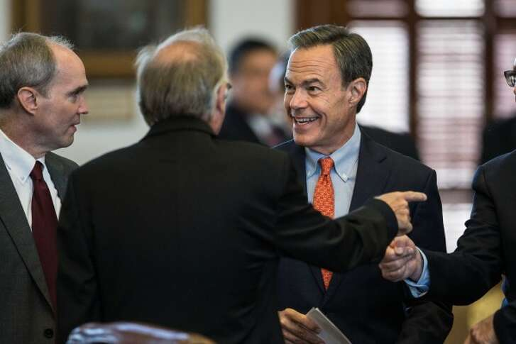 Texas House Speaker Joe Straus, R-San Antonio, chats with fellow Texas House members before the start of a special session July 18, 2017 (TAMIR KALIFA/AUSTIN AMERICAN-STATESMAN)