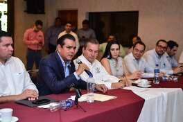 El Presidente de Nuevo Laredo Enrique Rivas y la Diputada Federal Yahleel Abdala y Edgar Melhem en conferencia de prensa anuncian un proyecto para ampliar la carretera a Monterrey.