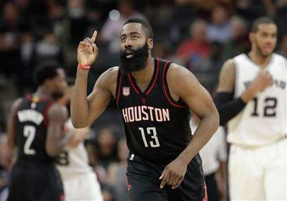 En esta fotografía de archivo del 9 de mayo de 2017, James Harden, de los Rockets de Houston, en acción durante el quinto partido en la serie contra los Spurs de San Antonio, en San Antonio, en la segunda ronda de los playoffs de la NBA. Los Rockets ampliaron el sábado 8 de julio de 2017 cuatro campañas el contrato de Harden por unos 160 millones de dólares, en un acuerdo que le garantiza seis temporadas en total y 228 millones de dólares. (AP / Eric Gay)