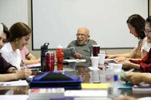 Vito Susca, de 86 años, se divierte con alumnas inmigrantes durante una de sus clases de inglés el 19 de junio de 2017 en Sugar Land, al sudoeste de Houston. (Steve Gonzales / Houston Chronicle)