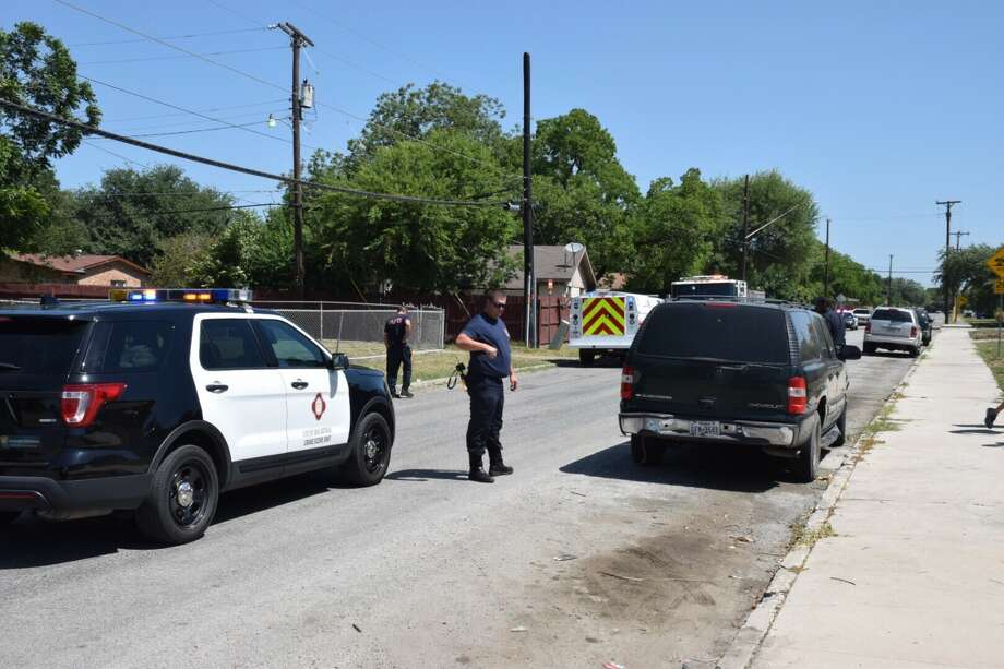 Police on Friday, July 21, 2017, responded to reports of a shooting around 11:15 a.m. in the 6900 block of Glendora Avenue on the East Side Photo: Caleb Downs / San Antonio Express-News