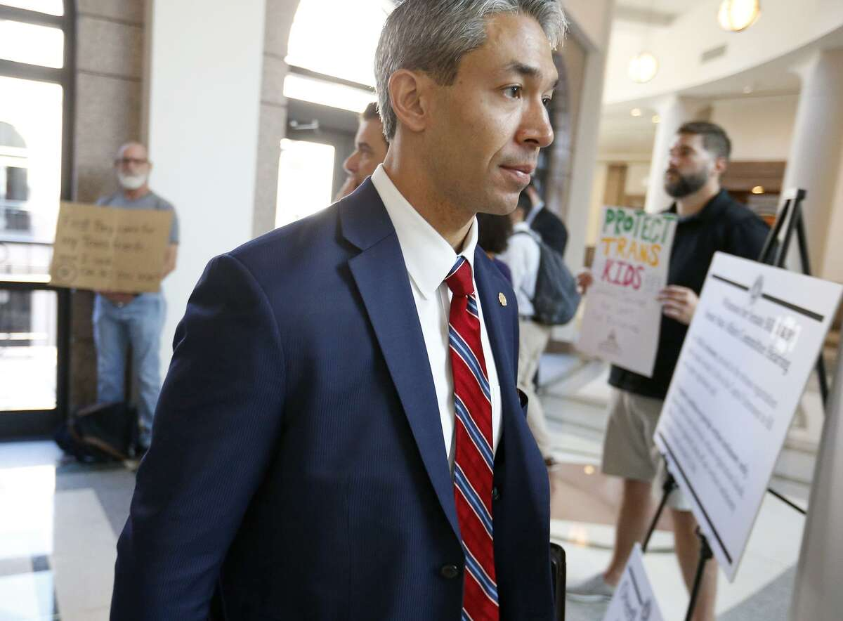 Mayor Ron Nirenberg enters the hearing room to testify on the