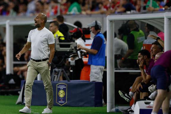 El español 'Pep' Guardiola, director técnico del Manchester City de Inglaterra, da indicaciones en el NRG Stadium de Houston. (Karen Warren / Houston Chronicle)