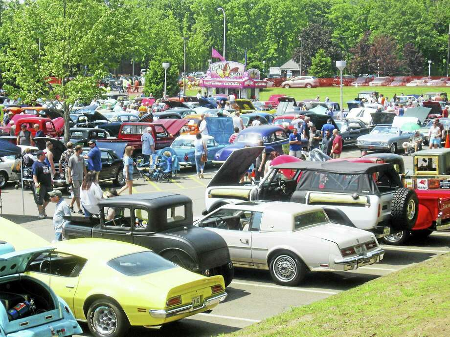 PHOTO BY BOB CIVITELLI The 22nd annual Memorial Weekend Classic Car Show sponsored by the Hamden Police Department and the Connecticut Classic Chevy Club drew about 700 antique and classic cars and thousands of spectators on May 29. Photo: Journal Register Co.