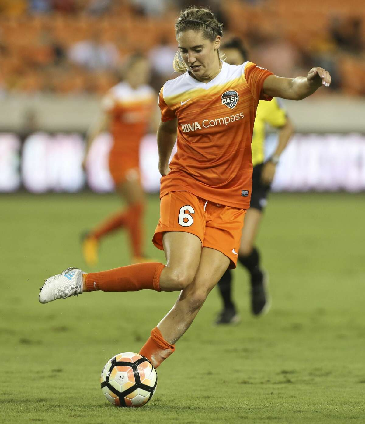 Houston Dash midfielder Morgan Brian (6) makes a pass during the first half of the game at BBVA Compass Stadium Saturday, July 22, 2017, in Houston. ( Yi-Chin Lee / Houston Chronicle )