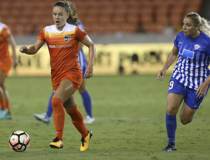 Houston Dash midfielder Andressinha (17) dribbles down the field while Boston Breakers forward Natasha Dowie (9) is defensing during the second half of the game at BBVA Compass Stadium Saturday, July 22, 2017, in Houston. Houston Dash defeated Boston Breakers 1-0. ( Yi-Chin Lee / Houston Chronicle )