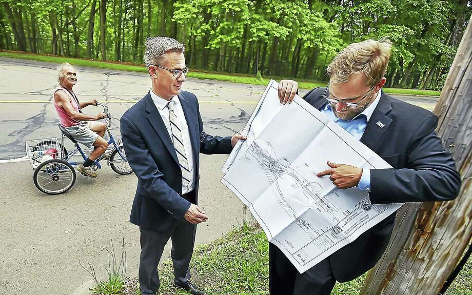 Catherine Avalone / Hearst Connecticut Media   Doug Hausladen, New Haven's director of public transportation, traffic and parking, at right, and Deputy Director Mike Pinto explain how the newly designed two-way cycle track along Edgewood Avenue will make it easier for people to bike downtown from the west side of the city. Photo: Catherine Avalone/New Haven... / Catherine Avalone/New Haven Register