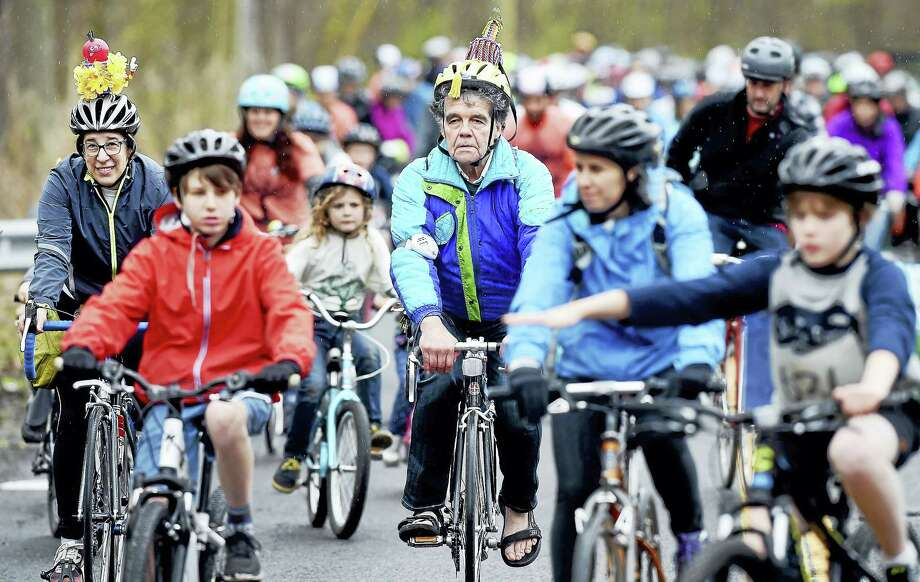 Riders begin the 8-mile family ride during the 9th Annual Rock to Rock Earth Day Ride at Common Ground High School in New Haven on April 22, 2017. Photo: Arnold Gold — New Haven Register