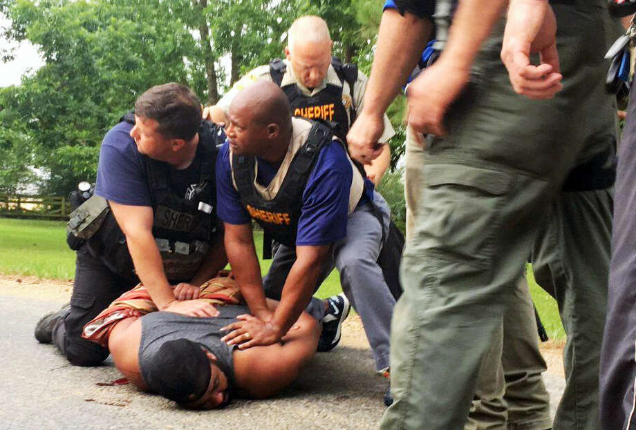 Officers arrest suspect Willie Corey Godbolt on Sunday, May 28, 2017, following several fatal shootings Saturday in Lincoln County, Miss., officials said. Photo: Therese Apel — The Clarion-Ledger Via AP   / The Clarion-Ledger